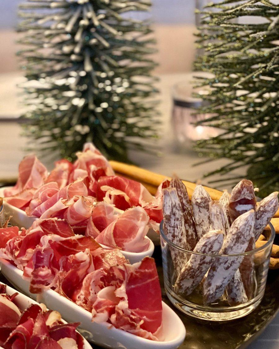 Salamifrietjes, iberico bellota ham, cabeza di Lomo en gerookte eendeborst